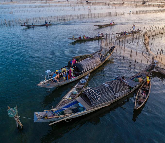 Sau khi trải nghiệm cuộc sống nhộn nhịp ngư dân và ghi lại vẻ đẹp yên bình Đầm Chuồn, du khách trên đường về đừng quên ghé chợ làng Chuồn thưởng thức món bánh khoái cá kình nổi tiếng.