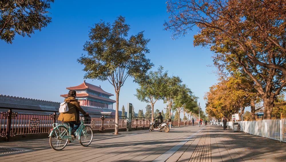 """Du khách đến Bắc Kinh (Trung Quốc) lần đầu có thể men theo cung đường đạp xe dài 16 km để băng qua những địa danh nổi tiếng của đất thủ đô như Tử Cấm Thành, Nhà hát Quốc gia """"Quả Trứng"""", Sân vận động """"Tổ Chim""""... Thuê xe đạp ở Bắc Kinh cũng khá dễ dàng và tiện vì bạn có thể trả xe ở bất cứ trạm nào. Thông thường, hầu hết cửa hàng cho thuê xe đều không tính phí giờ đầu. Ảnh: GuoZhongHua/Shutterstock."""