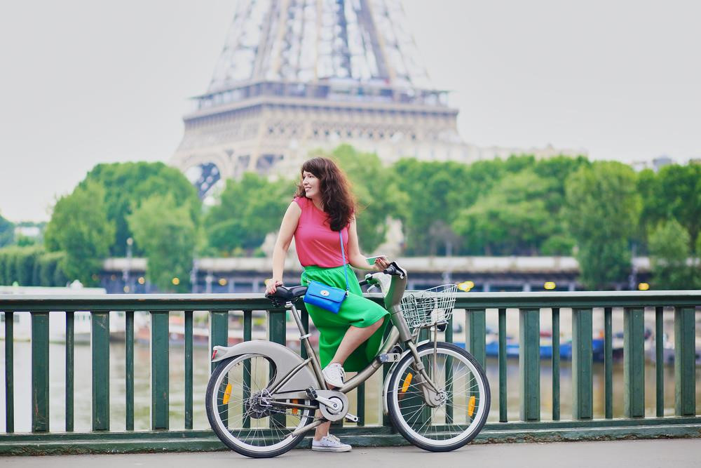 """Paris (Pháp): Để trải nghiệm một góc nhìn khác của """"thành phố tình yêu"""", bạn hãy thử đạp xe dọc công viên Parc Rives de Seine trải rộng cạnh bờ sông Seine, Di sản Thế giới được UNESCO công nhận. Ảnh: Ekaterina Pokrovsky/Shutterstock."""