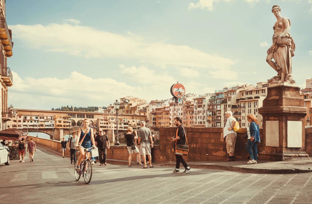 Florence (Italy): Với kiến trúc cổ độc đáo cùng phong cảnh yên bình, nơi đây đã đốn ngã trái tim của nhiều khách du lịch. Thành phố nằm bên bờ sông Arno là nơi lý tưởng để bạn thả hồn theo vòng quay của bánh xe đạp, tạm gác lại những bộn bề của cuộc sống. Ảnh: Radiokafka/Shutterstock.