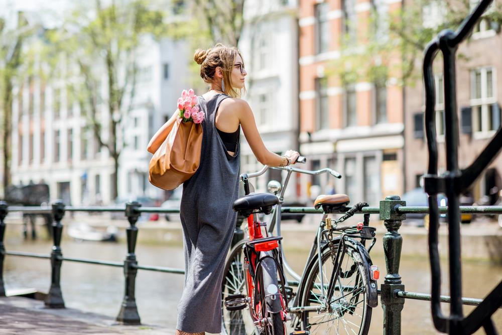 Amsterdam (Hà Lan) được mệnh danh là thành phố xe đạp nhiều hơn người. Hệ thống đường xá an toàn, thuận tiện là lý do khiến hơn 40% người dân sống ở Amsterdam di chuyển bằng xe đạp. Với du khách, việc thong thả đạp xe qua những con phố và kênh đào xinh đẹp là một trải nghiệm khó quên. Ảnh: RossHelen/Shutterstock.