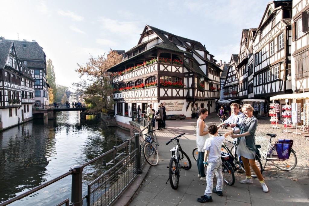 Từ lâu, Strasbourg (Pháp) đã là thành phố nổi tiếng với văn hóa đạp xe. Thậm chí, nhiều nhà lãnh đạo nơi đây cũng chọn xe đạp làm phương tiện giao thông chính. Toàn thành phố có 536 km đường dành cho xe đạp. Du khách có thể dễ dàng tìm thấy điểm thuê xe ở bất cứ đâu với đủ loại dành cho trẻ em tới người lớn. Ảnh: Eurovelo.