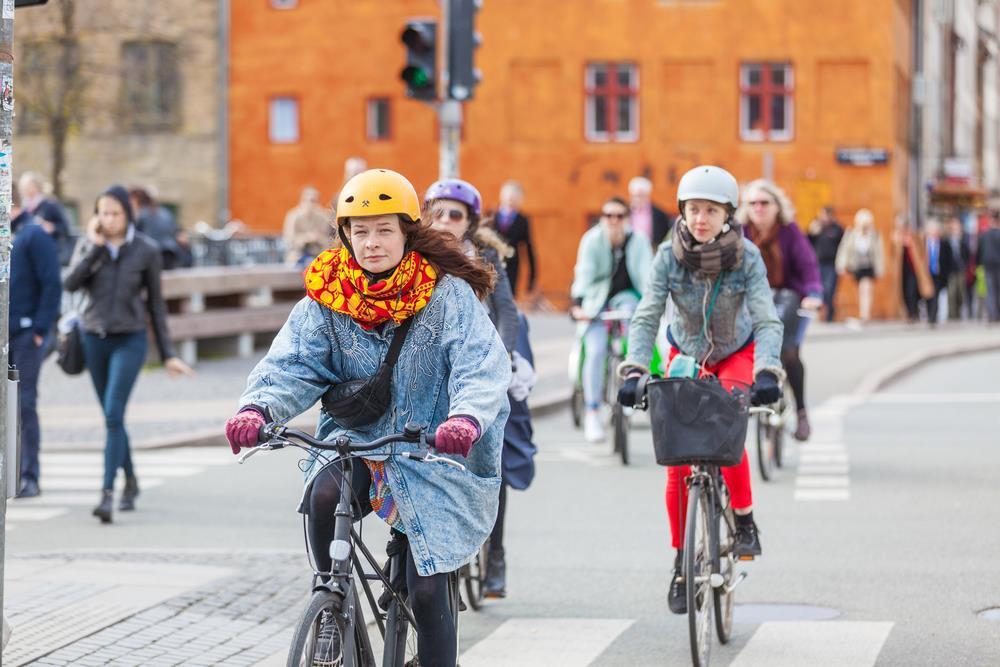 Copenhagen (Đan Mạch): Tại thủ đô của Đan Mạch, khoảng 1/3 người lao động đi làm bằng xe đạp. Với quãng đường di chuyển ngắn, địa hình bằng phẳng, hệ thống đường xe đạp rộng rãi và hiện đại, việc đạp xe ở đây vừa tốt cho sức khỏe, lại tiết kiệm tiền bạc và bảo vệ môi trường. Ảnh: William Perugini.