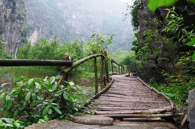 Lối vào khu nghỉ là một cây cầu dài làm bằng tre nứa. Đây cũng là vật liệu chủ yếu để xây các căn bungalow. Quản lý homestay cho biết, họ mất hơn một năm để hoàn thành các hạng mục.