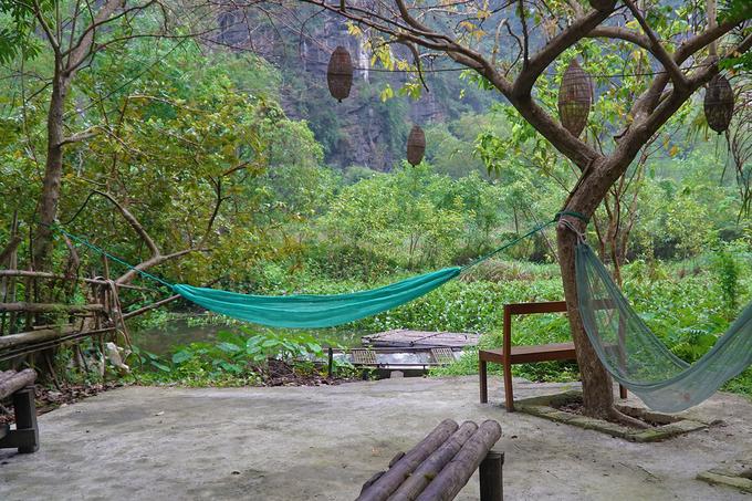 Khoảng sân chung được bố trí võng, ghế tre để khách có thể ngồi nghỉ ngơi, thư giãn hoặc đọc sách.