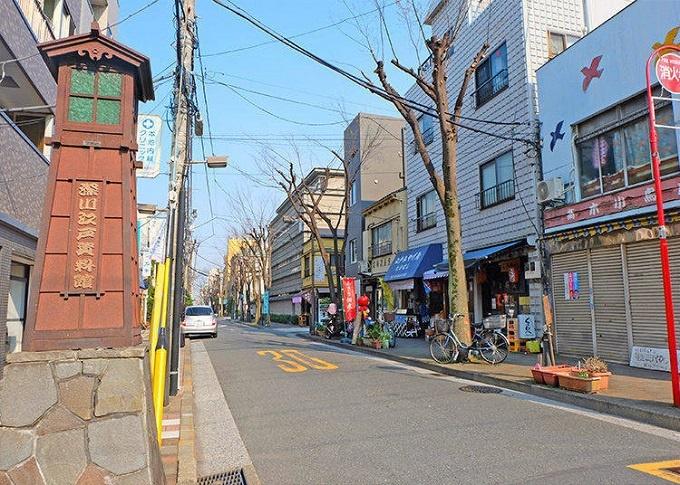 """Nằm ở phía đông của ga Tokyo, gần sông Sumida, khu vực Kiyosumi Shirakawa hiện lưu giữ nhiều shitamachi (thị trấn thấp, xóm làng). Với nét đẹp cổ kính, đây được xem là một trong những """"thị trấn cà phê"""" đang phát triển ở Tokyo. Du khách có thể tìm thấy nhiều quán cà phê theo những phong cách khác nhau."""