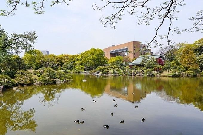 Ngày nay, khu vườn là một nơi lý tưởng để ngắm nhìn những thảm cỏ xanh tươi vào bất cứ thời điểm nào trong năm. Du khách có thể đi dạo và băng qua những bậc thang trong hồ. Khung cảnh ở đây cũng thay đổi theo mùa với những loài cây, hoa đặc trưng.
