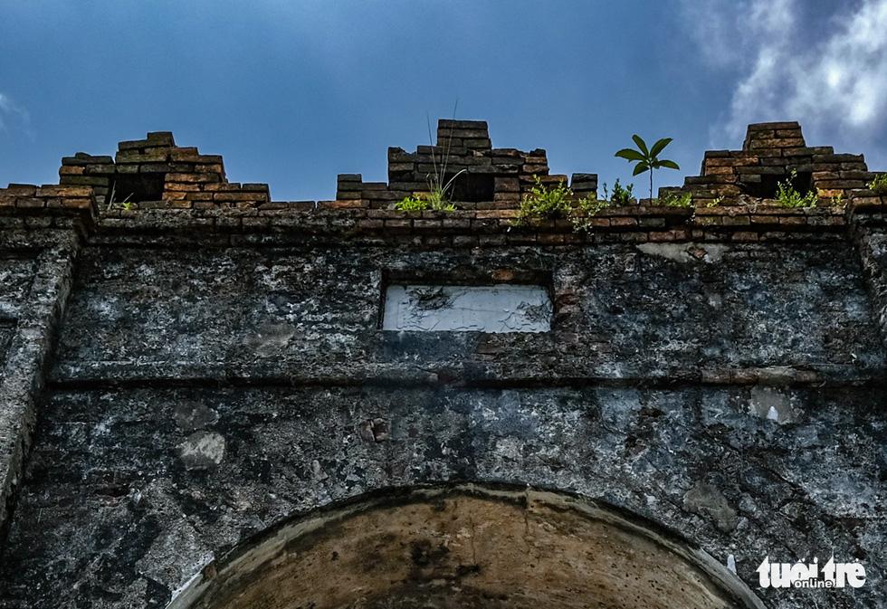 Tấm biển Hoành Sơn Quan bằng chữ Hán trên cổng vòm đá hướng ra phía bắc nay vẫn còn nhưng cũng đã bị vỡ - Ảnh: NAM TRẦN