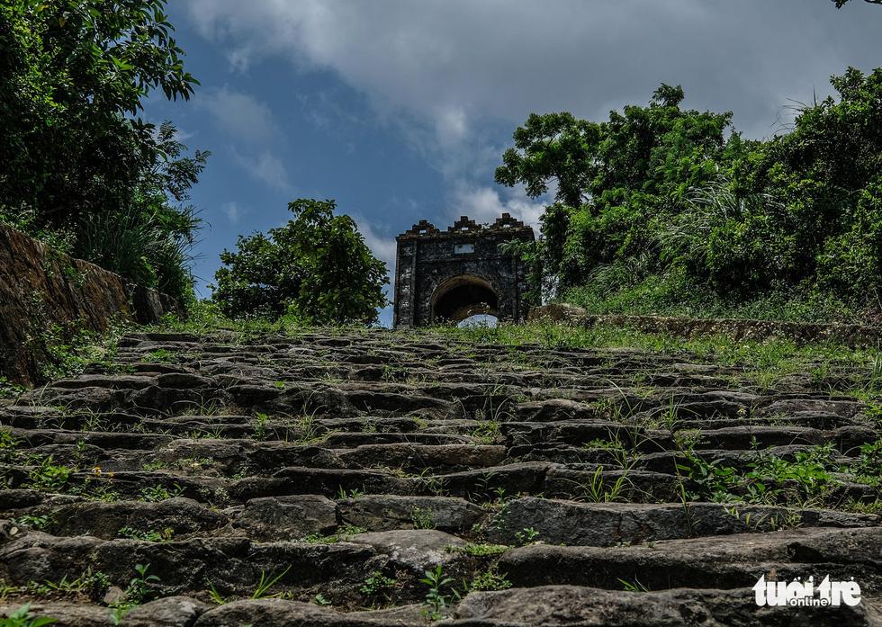 Theo một vài sách cổ có ghi rằng ở đỉnh Đèo Ngang, hai phía đều có đắp các cấp đá, qua một quãng đường dốc ngắn khoảng 50m, trước cổng phía bắc Hoành Sơn Quan đã thấy gần 100 bậc đá, mỗi bậc dài khoảng 6m, rộng 0,4m - Ảnh: NAM TRẦN
