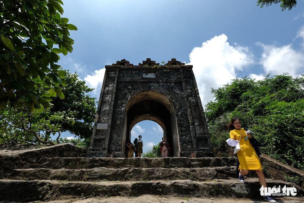 Một nhóm bạn trẻ đi xe máy qua Đèo Ngang và ghé thăm Hoành Sơn Quan - Ảnh: NAM TRẦN
