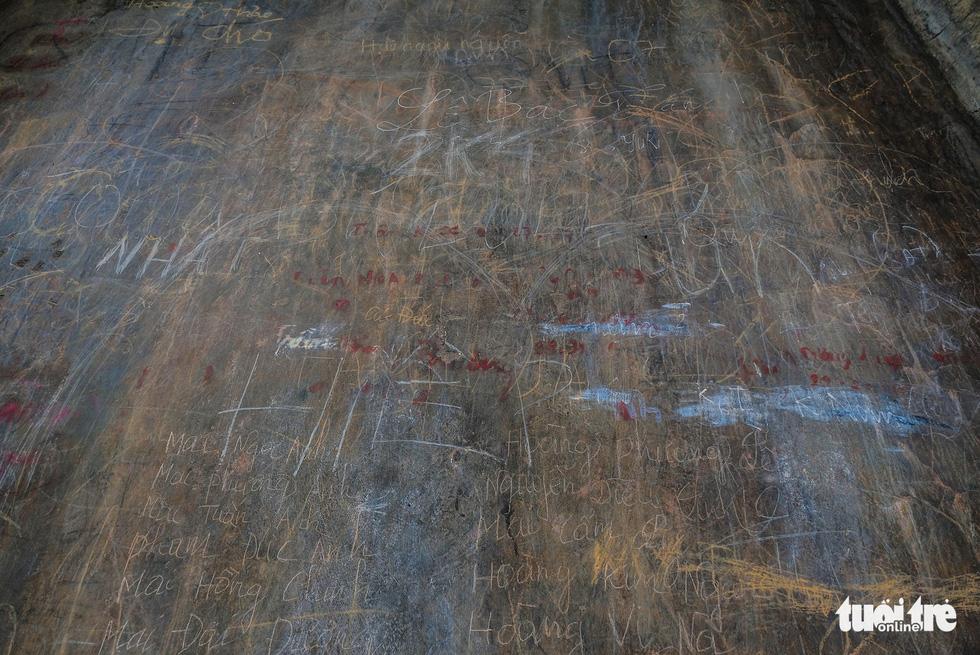 Cùng với những mảng bong tróc, những dòng chữ của du khách thiếu ý thức đã viết, vẽ bậy trên di tích cũng khiến nơi này càng lúc bị xuống cấp - Ảnh: NAM TRẦN
