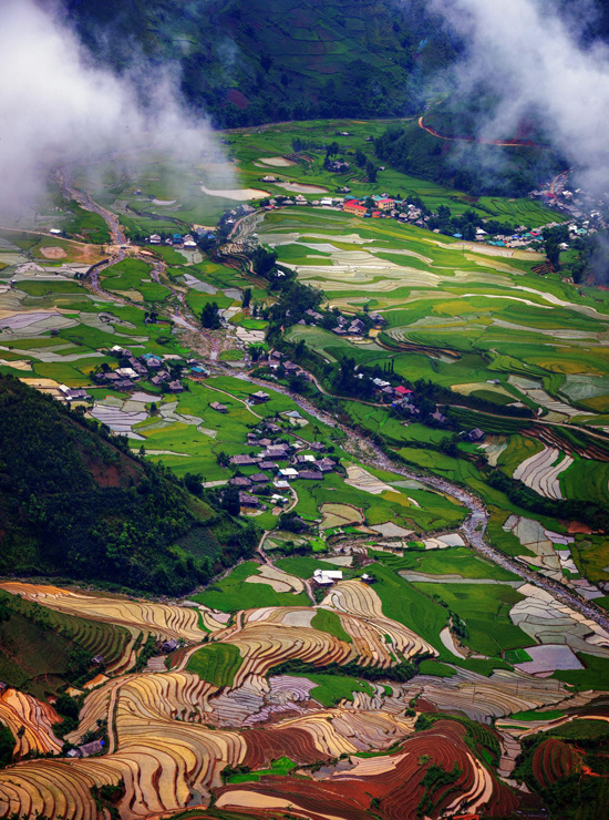 Từ đèo Khau Phạ, một trong tứ đại đỉnh đèo ở Tây Bắc, du khách có thể nhìn thấy bản làng Lìm Thái và thung lũng Cao Phạ (ảnh). Nằm giữa thung lũng, lưng tựa vào núi, bản Lìm Thái là nơi sinh sống của đồng bào dân tộc Thái, với những nét văn hóa đặc trưng cùng phong cảnh hữu tình làm say đắm các du khách.  Đứng từ bên này đèo Khau Phạ, theo tầm mắt phía trước, du khách sẽ thấy một con đường như sợi chỉ mỏng vắt thẳng lên trời. Nơi xa tít tắp ấy có ngôi làng nhỏ Lìm Mông của dân tộc Mông ẩn hiện trong mây. Lìm Thái cùng Lìm Mông là hai bản được nhiều du khách đánh giá có phong cảnh đẹp nhất Yên Bái. Con đường đất đỏ đến với bản Lìm Mông vào những ngày mưa sẽ trơn trượt khó đi, nhưng bù lại là quang cảnh ấn tượng của ruộng bậc thang mùa nước đổ hai bên.