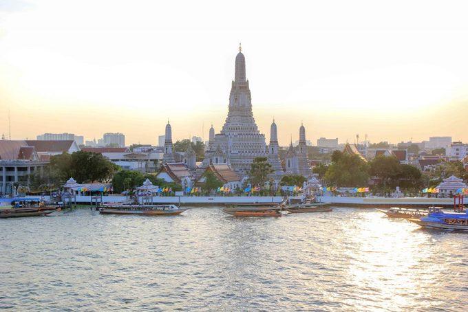 Khi đi thuyền ngắm cảnh Bangkok, du khách có thể thấy Wat Arun đứng uy nghi ven bờ sông Chao Phraya. Hình ảnh ngôi chùa này còn mang tính biểu tượng với người Thái khi được in trên đồng 10 baht. Ảnh: Places of Juma.