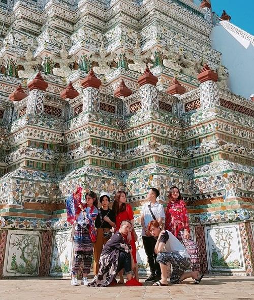 Dù là địa điểm chụp ảnh hấp dẫn, đây vẫn là nơi thờ cúng linh thiêng. Vì vậy, để được phép vào chùa, nam giới phải mặc áo có tay, quần dài, nữ mặc váy kín đáo dài quá đầu gối. Chùa mở từ 8h đến 17h30, vé vào cửa giá 50 baht (khoảng 35.000 đồng). Ảnh: Thanh Hien Nguyen.