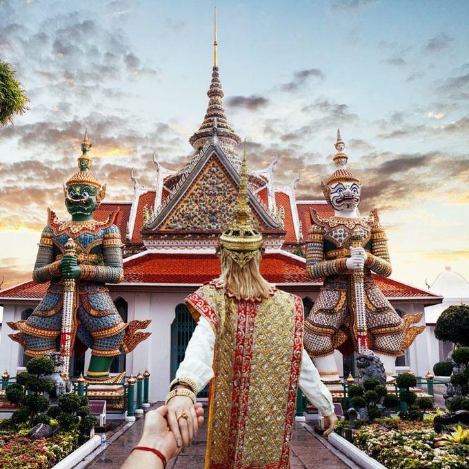 Lịch sử của Wat Arun bắt nguồn từ thời Ayutthaya với tên gọi Wat Makok, nghĩa là chùa ô liu. Năm 1768, khi vua Taksin quyết định xây dựng kinh đô mới, ông đã đặt chân lên mảnh đất này vào một buổi bình minh, và tặng cái tên Arun cho ngôi chùa. Các đời vua tiếp theo đã mở rộng và mời sư tới sinh sống tại đây. Ảnh: Inday Dora.