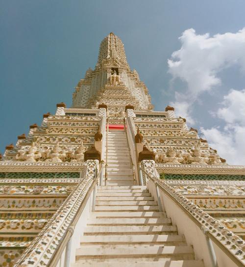 Tọa lạc bên sông, ngôi chùa còn nổi tiếng nhờ lối kiến trúc độc đáo với các tòa tháp đầy màu sắc cao hơn 80 m, được khảm sành sứ Trung Hoa trên mái nhà và các bệ. Phra Prang (kiểu Khmer) là tháp chính trong Wat Arun, đại diện cho Núi vũ trụ Meru của người Ấn Độ. Ảnh: Thanh Hien Nguyen.