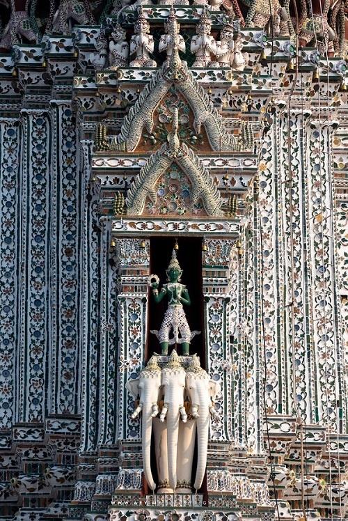 Tượng thần Hindu, Indra, cưỡi lưng voi 3 đầu tọa trên Prang chính của Wat Arun. Ảnh: Jack Kurtz
