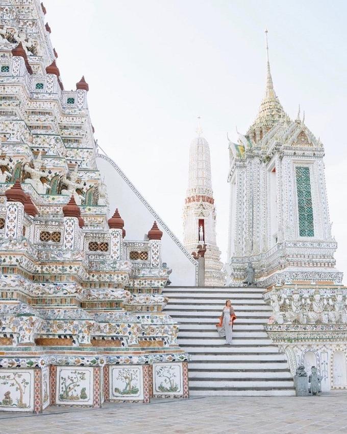 Các bậc thang trong tòa tháp dốc và hẹp nên không dễ dàng leo lên hoặc xuống, đặc biệt với người sợ độ cao. Nhưng nếu lên được đó, du khách có thể tận hưởng khung cảnh ngoạn mục của sông Chao Phraya, Cung điện Lớn và chùa Wat Pho phía đối diện. Ảnh: Jfrommelt.
