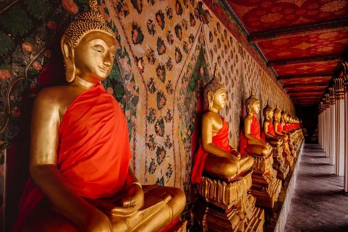 Khi đi vào sảnh, bạn còn có thể chiêm ngưỡng pho tượng Phật dát vàng cùng những bức điêu khắc trên tường. Ảnh: Jake and Dannie.