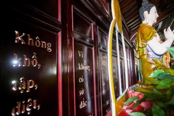 """Tầng 5 của bảo tháp bài trí nhiều tượng Phật, phía sau tượng là bộ cửa bằng gỗ sao. Trên các cửa đều được khắc những dòng Kinh Bát nhã.  Năm 2017, công trình này được công nhận kỷ lục Việt Nam là """"Kinh Bát nhã bằng tiếng Việt (bản dịch của Thiền sư Thích Nhất Hạnh) được khắc lộng vào bộ cửa bằng gỗ sao lớn nhất""""."""