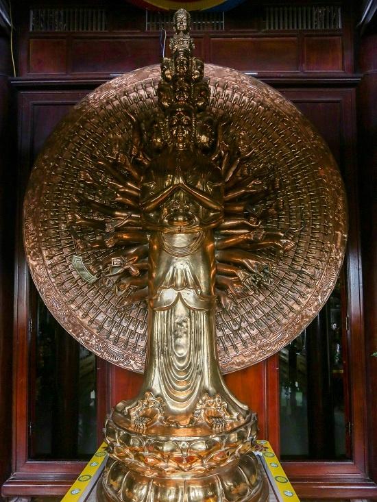 Cũng ở tầng 5 còn bài trí bức tượng Bồ Tát có giá trị gần nửa tỷ đồng. Đây là tượng Bồ Tát quan âm nghìn tay nghìn mắt (ở thế đứng) bằng đồng cao nhất Việt Nam.