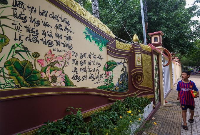 Tường bên ngoài cổng chùa Pháp Vân khá cao, trang trí bằng những câu đối, bức tranh chủ đề Phật giáo.