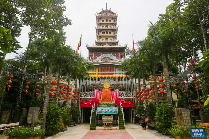 Bên trong chùa nhiều cây xanh, nổi bật với tòa tháp cao 14 tầng. Ở hai tầng đầu là chánh điện và giảng đường. Các tầng tháp trên nhỏ dần, mỗi tầng một chức năng như Tổ đường, linh đường, điện Phật, tháp chuông, tháp trống...