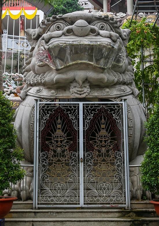 Điểm nhấn ở hai bên hông chánh điện là hai con kỳ lân được tạc từ khối đá hoa cương. Mỗi tượng có chiều dài 10 m, rộng 4,2 m và cao 5 m, được thực hiện trong suốt ba năm.
