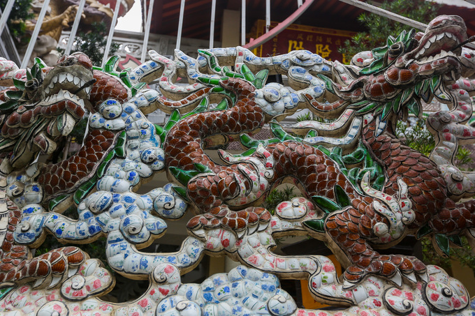 Quanh chánh điện được trang trí bằng nhiều tượng rồng làm từ hàng nghìn mảnh gốm, sành sứ.