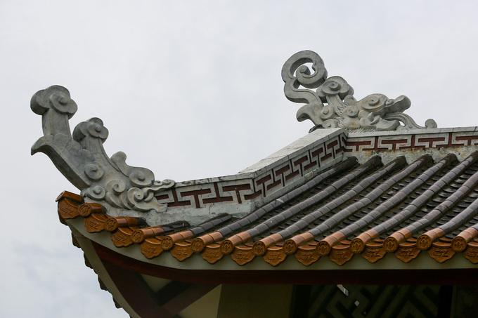 Chùa được xây dựng theo nét kiến trúc chùa chiền miền Bắc với những đầu đao ở góc mái cong vút. Mái được lợp ngói vảy màu nâu đỏ truyền thống.