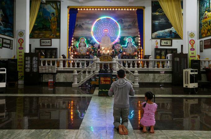 Chánh điện chùa rộng khoảng 800 m2, bài trí đơn giản với tượng Phật bằng đá ở giữa. Hai lối vào là điện thờ các vị thần hộ pháp.