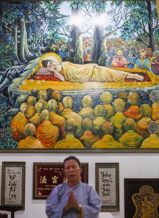 Quanh chánh điện trang trí nhiều câu đối, thư pháp, tranh ảnh chủ đề Đức Phật và chúng sinh. Nơi này từng tiếp đón phái đoàn Làng Mai do Thiền sư Thích Nhất Hạnh dẫn đầu cùng 200 thiền sinh đến thăm năm 2005.