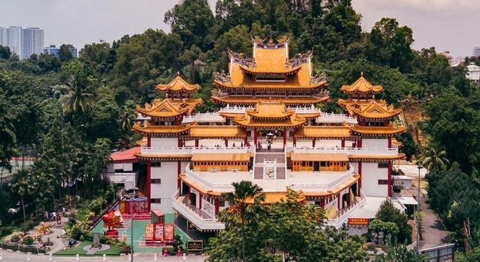 Tọa lạc trên đồi Robson, thủ đô Kuala Lumpur, Malaysia, chùa Thiên Hậu có diện tích 6.760 m2, được xây dựng từ năm 1981 và khánh thành vào ngày 3/9/1989. Ảnh: Triip Me.