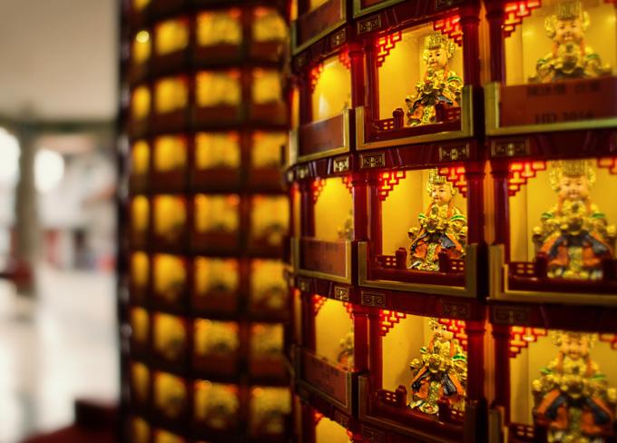 Chùa Thiên Hậu được xây dựng thành bốn tầng, trong đó tầng một để trưng bày đồ lưu niệm; tầng 2, 3 dùng làm hội trường lớn và phòng đăng ký kết hôn. Tầng cao nhất thờ ba vị thần Thiên Hậu, Phật Bà Quan Âm và Hải Biên nương nương. Đứng từ đây, du khách có thể thu vào tầm mắt quang cảnh của thủ đô Kuala Lumpur. Ảnh: Out For 30.