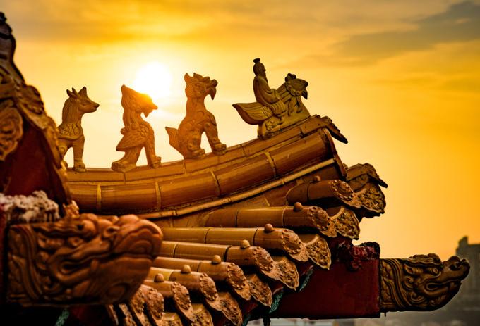 Các cột, diềm, mái chùa được đắp nổi tinh xảo.  Mỗi năm, chùa Thiên Hậu tổ chức hơn 100 lễ hội, bao gồm Tết nguyên đán, lễ Vu Lan, tết Trung thu, lễ Phật đản, ngày sinh của ba vị thần... Ngoài ra, ngôi chùa cũng là nơi đăng ký kết hôn và tổ chức đám cưới của nhiều cặp đôi. Ảnh: Gokl.