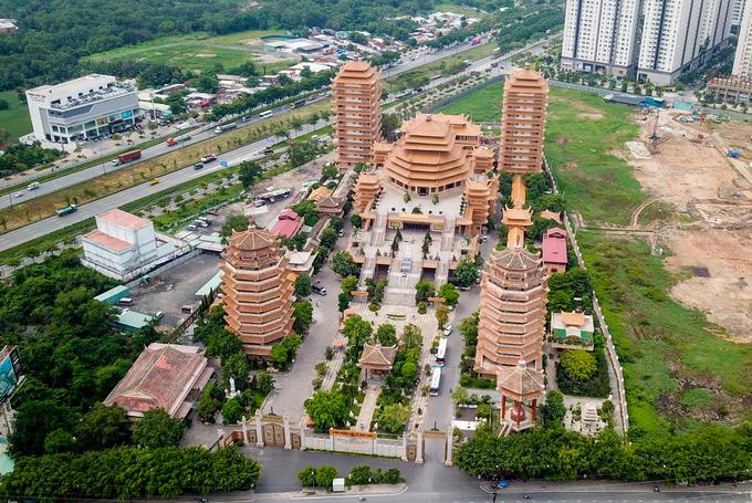 Pháp viện Minh Đăng Quang hình thành năm 1968 thuộc hệ phái Khất sĩ, ban đầu chỉ gồm ngôi chánh điện nhỏ và một số am cốc bằng tre.  Đầu năm 2009, pháp viện được xây dựng quy mô với nhiều hạng mục. Hiện, công trình là một quần thể kiến trúc Phật giáo đặc sắc, rộng lớn ở ngay Xa lộ Hà Nội (quận 2), cửa ngõ vào trung tâm TP HCM.  Hệ phái Khất sĩ ra đời năm 1944 tại Nam bộ, do Tổ sư Minh Đăng Quang sáng lập. Nơi đây, ngoài chức năng như một ngôi chùa, còn đào tạo Phật pháp cho các tăng lữ, Phật tử nên được gọi là pháp viện.