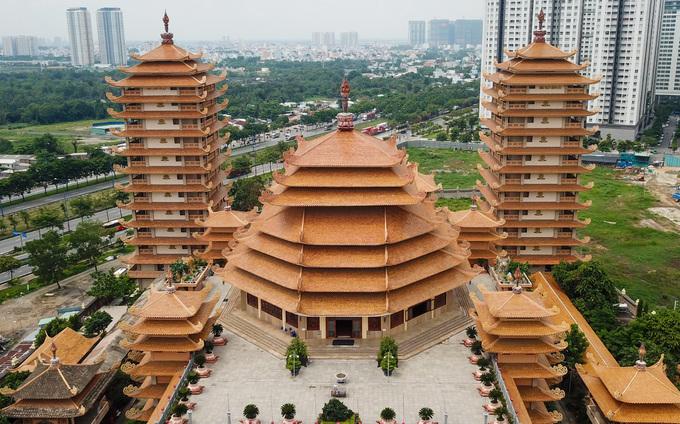 Pháp viện nằm ở khu đất rộng hơn 37.000 m2, với nhiều công trình, nổi bật là 4 bảo tháp cao ở bốn góc, giữa là khu chánh điện.  Tháng 5/2019, Hội Kỷ lục gia Việt Nam đã xác lập 4 kỷ lục tại Pháp viện gồm: Ngôi tịnh xá có bốn bảo tháp lớn nhất Việt Nam, bảo tháp bằng gỗ thờ Phật trong chánh điện lớn nhất, nơi tổ chức Đại lễ kỷ niệm 60 năm Đức tổ sư Minh Đăng Quang vắng bóng lớn nhất và nơi diễn ra Lễ khất thực cổ Phật lớn nhất.  Hai bảo tháp còn lại mang tên Hồng Ân, Tứ Ân. Hai tháp có hình tứ giác, gồm 13 tầng, cao 49 m, dùng để thờ linh cốt của chư Tăng và Phật tử.