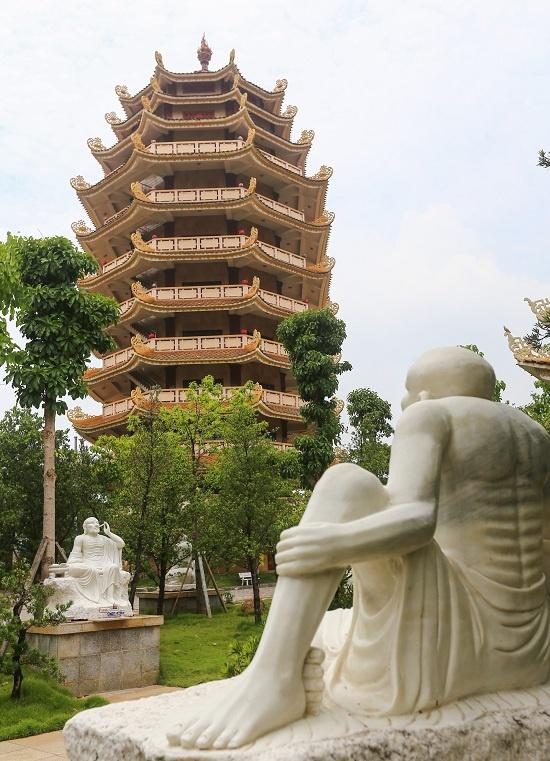 Từ cổng tam quan vào là hai bảo tháp 9 tầng, cao 37 m, bên phải là bảo tháp Ca Diếp, phía trái là bảo tháp Xá Lợi.  Hai bảo tháp Ca Diếp, Xá Lợi có thiết kế giống nhau, đối xứng hai bên. Tháp Ca Diếp là nơi tôn trí thờ các vị Phật và người sáng lập hệ phái Khất sĩ. Tháp còn lại có chức năng thư viện, lưu trữ các tài liệu Phật giáo, kinh pháp...  Bốn ngôi bảo tháp này là biểu tượng Tứ thiên vương hầu Phật. Chánh điện là ngôi tháp ở giữa, cao ba tầng được xây theo kiểu hình bát giác, xung quanh là các tháp nhỏ hơn.