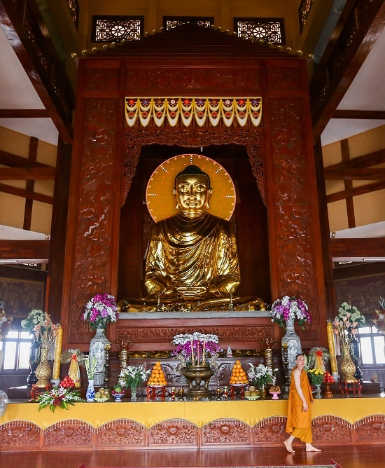 Bên trong chánh điện với kết cấu chính bằng gỗ, được điêu khắc hoa văn tinh xảo.  Chính giữa là một bảo tháp bằng gỗ cao 13 m. Bên trong tôn trí tượng Phật Thích ca bằng đồng cao 7,2 m, nặng 7,2 tấn. Công trình này được công nhận là ngôi tịnh xá có bảo tháp bằng gỗ thờ Phật trong chánh điện lớn nhất Việt Nam.