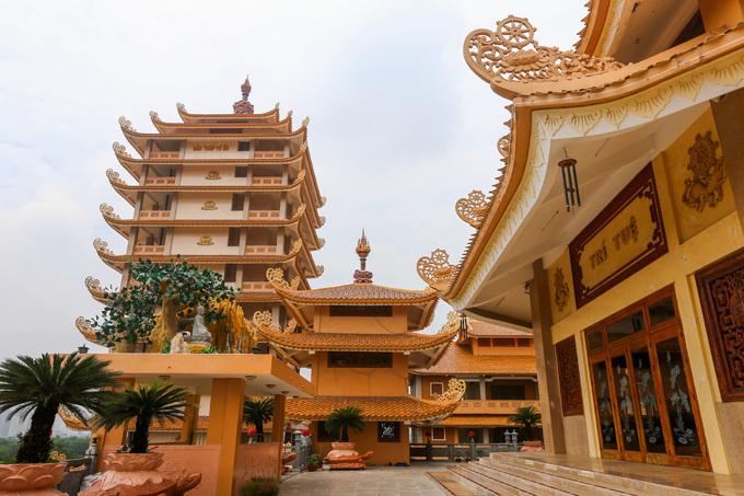 Xung quanh chánh điện là các tháp nhỏ đặt ở bốn góc, là nơi đặt chuông, trống của pháp viện.