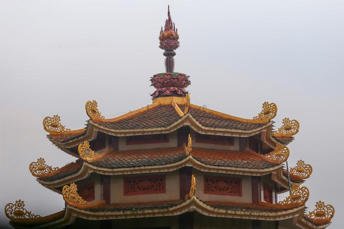 Các tháp đều được thiết kế hoa văn với hình ảnh nổi bật là những đóa hoa sen cách điệu - loài hoa gắn liền với Phật giáo.