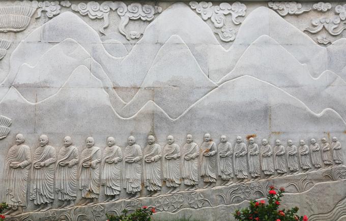 Những bức tranh trên đá, gỗ quanh pháp viện kể về các tích kinh Phật, quá trình hình thành của hệ phái Khất sĩ...