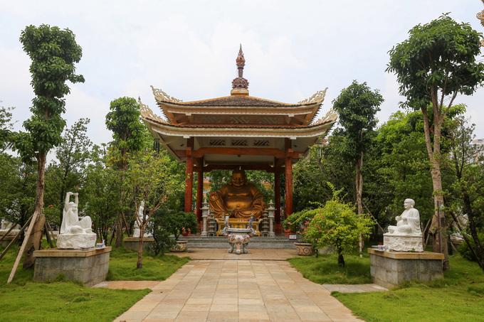 Khuôn viên pháp viện rộng rãi với nhiều cây xanh, bonsai cùng tượng Phật bài trí trong các điện, trên thảm cỏ...