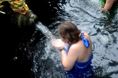 Bể tắm quanh dòng suối được xây dựng từ năm 962. Ảnh: Vy An.