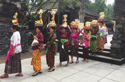 Người dân đi lễ nườm nượp trong đền. Ảnh: Trần Đặng Long.