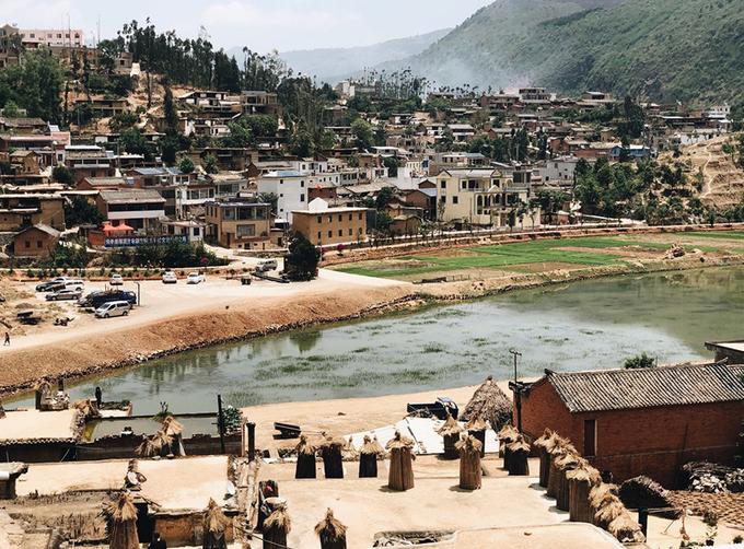 Lư Tây Thành Tử là ngôi làng nằm ở phía nam thị trấn Vĩnh Ninh, tỉnh Vân Nam, Trung Quốc. Những năm gần đây, nhiều khách du lịch trong và ngoài nước tìm đến tham quan vì kiến trúc độc đáo của ngôi làng hơn 500 tuổi.