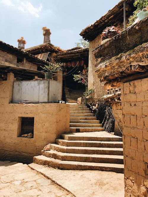 Cứ mỗi hai, ba căn nhà lại có chung một bậc thang bằng đá, chất đầy củi khô hai bên lối đi. Vào mùa thu hoạch, trước cửa nhà người dân treo đầy bắp. Ngô được buộc thành túm, vàng ươm trong ánh nắng mặt trời. Đường đất hẹp và lối đi uốn lượn quanh ngọn đồi khiến du khách như đang dạo bước trong mê cung.n-nam-ivivu-4