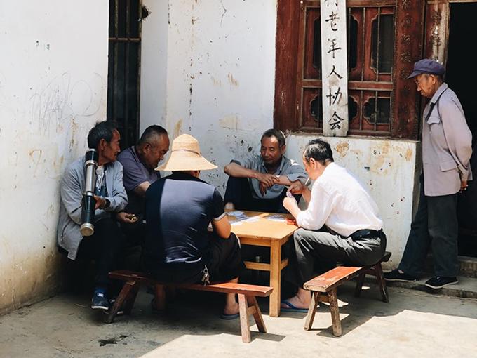Thú vui của người dân nơi đây là chơi bài lơ khơ. Đàn ông thường tụ tập hút thuốc lào và chơi bài cùng nhau vào buổi trưa.