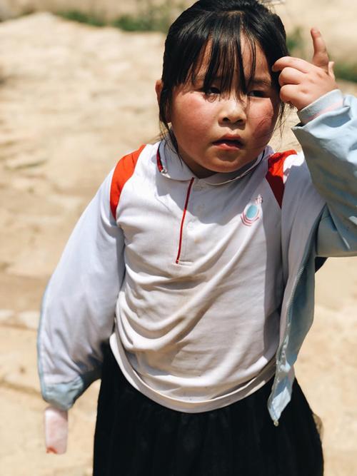 Những đứa trẻ trong làng vẫn giữ nguyên nét hồn nhiên.