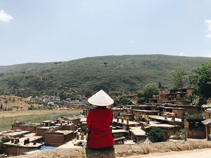 Trong làng có khoảng 600 ngôi nhà gần 300 năm tuổi. Chính quyền địa phương đã trùng tu một số căn, đồng thời hỗ trợ người dân di cư sang ngọn đồi bên cạnh nếu nhà của họ bị xuống cấp nặng. Nếu là khách du lịch nước ngoài không biết tiếng Trung và hạn hẹp về thời gian, bạn có thể lựa chọn taxi để đến đây. Làng cách thị trấn gần nhất khoảng 20 km.